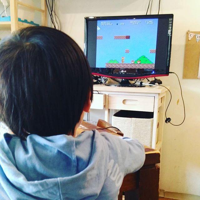 お母さんが髪の毛を切ってる間にファミコンで遊んで待ってられますよやりたい方は声かけて下さいねちなみにこのお子さんはだんだん上手になって、1-2のワープも自ら発見して4面まで行ってました#chezmoi #シェモワ #北久里浜 #横須賀美容院 #美容院 #子連れオッケー #ファミコン#スーパーマリオ #レトロゲーム